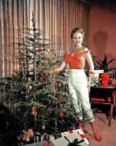 40 Vintage Hollywood Colorful Christmas Celebrity Photos – if it's hip, it's here Vintage Christmas Photos, Old Fashioned Christmas, Christmas Past, Modern Christmas, Retro Christmas, Vintage Holiday, Christmas Pictures, Christmas Colors, Christmas Holidays