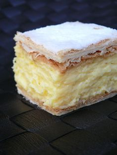 An easy vanilla custard slice recipe made with a biscuit base and topped with a classic pink icing! This is just like a bakery-bought vanilla slice! Baking Recipes, Cookie Recipes, Dessert Recipes, Custard Slice, Vanilla Custard, Custard Tart, Vanilla Sugar, Kolaci I Torte, Tray Bakes