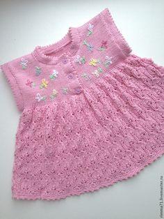 Очаровательное платье для новорожденной принцессы. Выполнено спицами из 100% хлопка, украшено ручной вышивкой.