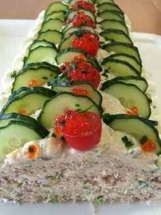 Liian hyvää: Voileipäkakkurulla tonnikalasta Sandwich Cake, Sandwiches, Cheesecakes, Food Art, Sweet Recipes, Zucchini, Sushi, Buffet, Biscuits