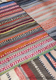 Moderni mummola Tribal Patterns, Loom Patterns, Swedish Weaving Patterns, Hello Kitty Wallpaper, Weaving Textiles, Weaving Projects, Arte Popular, Loom Beading, Woven Rug