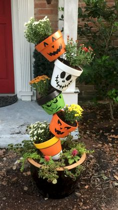 This post contains the scariest and the spookiest Halloween planters. These planters are affordable and easy to make. Halloween Wood Crafts, Halloween Tags, Holidays Halloween, Halloween Wreaths, Halloween Yard Art, Halloween Flowers, Flower Pot Crafts, Clay Pot Crafts, Flower Pots