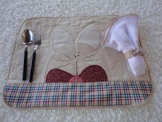 Lugar americano para a refeição do bebê. Acompanha um guardanapo feito com o tecido de fralda. Lindo também para a mesa de Páscoa.  Poderá haver alterações nas combinações dos estampados. Consulte R$21,90/Elo7