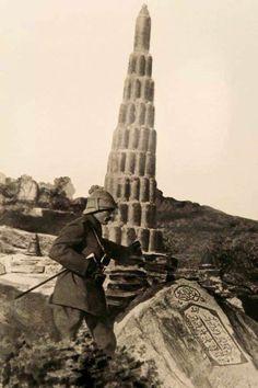 1915...Anafartalar Grubu Kurmay Kıdemli Kurmay Albay Mustafa Kemal Anafarta'ların sağ tarafında savaşmış olan 9. Fırka'nın askerleri tarafından top mermisi kovanlarından yapılan Kireçtepe Şehitliğ'inin önünde.