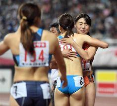 女子100メートル決勝 優勝した市川華菜はレース後、福島千里と抱き合った =24日午後、ヤンマースタジアム長居(川口良介撮影)