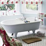 Don't you love that shabby chic look? We found some interesting shabby chic bathrooms that will take your attention and that will hopefully inspire you. Baños Shabby Chic, Shabby Chic Zimmer, Shabby Chic Interiors, Shabby Chic Kitchen, Shaby Chic, Boho Chic, Interiores Shabby Chic, Bad Styling, Chic Bathrooms