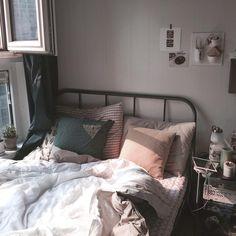 """3,952 次赞、 7 条评论 - 인테리어 레시피, 오늘의집 (@todayhouse) 在 Instagram 发布:""""아침, 저녁 모두 예쁠 것 같은 오늘의집 jjj님의 소중한 공간이에요. _ [제품정보] 침대: 이케아 _ 오늘의집 어플에서 더 많은 사진/제품정보를 확인하실 수 있습니다.…"""""""