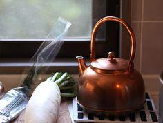 便利な時代にお湯を沸かす楽しみを昔ながらのやかんケトルのある暮らし