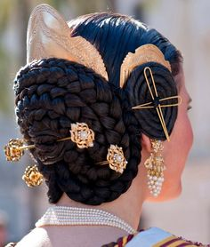 Hairstyle of the traditional fallera costume, Valencia, Spain. Traditionally, a lace veil headdress is worn by falleras as they offer flowers to Our Lady of the Forsaken during the annual Fallas. Spanish Hairstyles, Low Bun Hairstyles, Medieval Hairstyles, Spanish Woman, Spanish Style, Spanish Costume, Spanish Dress, Mode Costume, Lace Veils