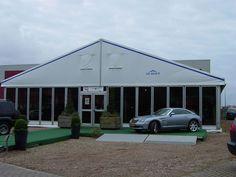 Die Möglichkeiten an temporären Bauten für einen Auto-Showroom sind vielfältig. Hier dient eine Alu Zelthalle als Location.