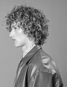 coupe homme cheveux boucles