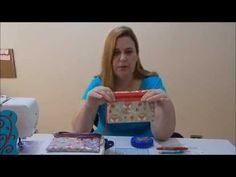 Porta celular com bolso plástico by Suzana Ramos - YouTube Sunbonnet Sue, Crochet Purses, Sewing Projects, Patches, Youtube, Fabric, Crafts, Cd Crafts, Bag Tutorials