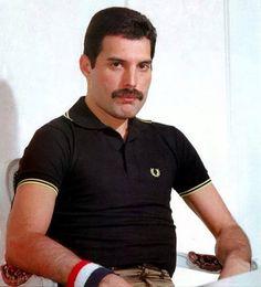 Freddie Mercury (20)Fazia pose de bom moço                                                                                                                                                                                 Mais