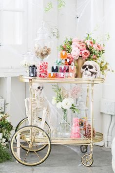 Host the perfect halloween theme bridal shower or engagement party with this halloween candy cart - halloween engagement party -halloween theme bridal shower - diy halloween candy cart - halloween wedding ideas {Sugar and Charm} Diy Halloween Party, Dulces Halloween, Casa Halloween, Halloween Cans, Pink Halloween, Diy Halloween Decorations, Halloween Cocktails, Vintage Halloween, Parties Decorations