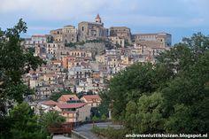 Castiglione di Sicilia ligt prachtig op een heuvel en is al van ver te zien. Bronte is bekend vanwege de pistachenoten die hier vandaan komen. De groene nootjes worden in vele Siciliaanse gerechten verwerkt, zowel in toetjes als in hoofdgerechten als op de pizza.