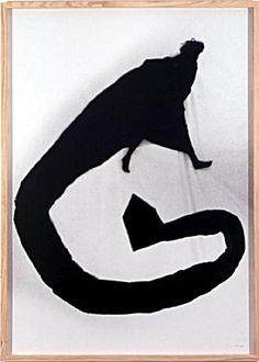 Os seus trabalhos ganham escala e cor – azul, vermelha ou negra, sempre carregada de significação – que pinta nas suas fotografias. Helena Almeida reconhece o seu trabalho como pintura, utilizando a fotografia como médium para apresentar o resultado do seu trabalho artístico.