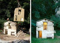 Una casa de madera dentro de una casa de piedra