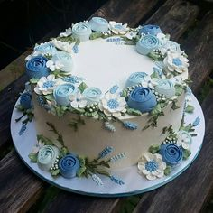 - Cakes and Cupcakes - Kuchen Flores Buttercream, Buttercream Flower Cake, Cake Icing, Cupcake Cakes, Frosting, Pretty Cakes, Cute Cakes, Beautiful Cakes, Amazing Cakes