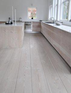De massief houten vloer die gebruikt is in deze woning, is ook gebruikt om de deuren van de keukenkastjes te maken. Om precies te zijn gaat het om een massief spar, die de keuken een robuuste, moderne en levendige uitstraling geeft. Farmhouse Kitchen Decor, Wooden Kitchen, Kitchen Interior, Timber Kitchen, Country Farmhouse, Farmhouse Design, Wide Plank Flooring, Wooden Flooring, Wood Cabinets