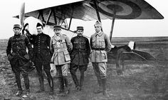 Lafayette Escadrille. From left to right : Sgt James R. Mc Connell († 19 mars 1917) - Slt Kiffin Y. Rockwell († 23 juin 1916) - Cne Georges Thénault - Sgt Norman Prince († 12 octobre 1916) - Sgt Victor E. Chapman († 23 juin 1916)