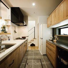 """Atsuko/デザイナー/lifestyle/真鍮表札 on Instagram: """"久々のキッチン全体像。 レンジフードがブラックで締めたのがお気に入り✨ カップボード側に小窓をつけたおかげで光が入り、朝は電気いらず。 小窓があるないでここまで違うのにはびっくりです😳 *…"""" Kitchen Cabinets, House, Home Decor, Instagram, Japanese Cuisine, Kitchens, Decoration Home, Home, Room Decor"""