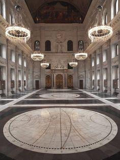 1. Jacob van Campen.  2. Burgerzaal, Paleis op de Dam,   3. 1648 - 1665   4. Amsterdam.    Deze zaal is erg ingewikkeld, door de mooie vloer en alle bogen bij de ramen. Ook de lichten geven een extra pracht en praal effect. De beelden geven de ruimte actie.