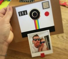 Biglietto polaroid per la festa del papà, un modo semplice ma divertente di incorniciare una fotografia e creare un biglietto speciale! Con pochi materiali e semplici passaggi puoi creare un biglietto originale e simpatico per la festa del papà!