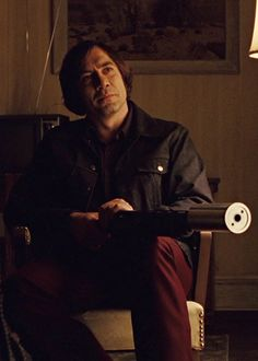 Anton Chigurh (Javier Bardem), No Country for Old Men, Joel and Ethan Coen, 2007 The Best Films, Great Films, Good Movies, Movie Shots, Movie Tv, Movie Scene, Arte Do Harry Potter, Merle Oberon, Coen Brothers