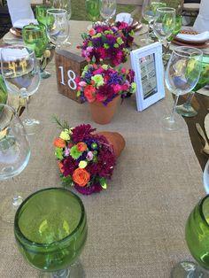 Centro de mesa en yarda plateada con orquideas y alelis - Macetas para centros de mesa ...