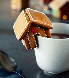 Et minikagehus pynter fint på en kanten af en kop, og er superhyggeligt at lave i fællesskab med venner og familie. Mini, Sugar, Cookies, Breakfast, Cake, Desserts, Slik, Christmas, Food