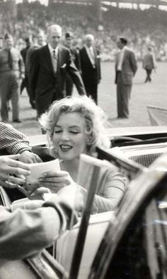 Marilyn signs autographs.