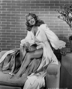 Rita Hayworth Pictorial added a new photo. Glamour Hollywoodien, Old Hollywood Glamour, Golden Age Of Hollywood, Vintage Glamour, Vintage Hollywood, Hollywood Stars, Classic Hollywood, Hollywood Glamour Photography, Classic Actresses