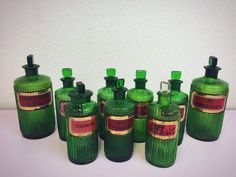 Uma rara colecção de frascos de vidro verde do Boticário. Cada etiqueta é coberta com vidro e é um extremamente uma coleção especial. Também chamado de garrafas de veneno; 1. Hartshorn  2. OL: Carbol Lin4: Lin defende Linimentum, que significa pomada/medicamento e é usado para condições de pele diferente. 16x6x6cm 3. LIN: Tereb: Acet; também chamado de linimentum/terebinthina/aceticum. É comumente usado por pacientes com asma. Este medicamento também é chamado ácido aguarráz. 2...