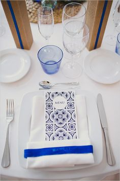blue and white place setting @weddingchicks
