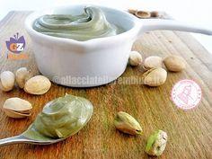 La crema di pistacchi è una crema densa e golosissima ideale da gustare da sola o per farcire torte e pasticcini.