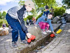 Pienet lapset viihtyvät vesileikeissä Launeen perhepuistossa rakennuksen takana, missä on virtaava puro ja allas. SmartUs-pelialue siirtää leikin ideaa uudessa muodossa pitkälle tulevaisuuteen ja kannustaa mm. liikunnan ja oppimisen yhdistämiseen.