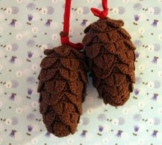 Crocodile stitch crocheted pine cones (in Danish) Crochet Food, Cute Crochet, Crochet Crafts, Crochet Projects, Crochet Pattern, Free Pattern, Christmas Tree Pattern, Crochet Christmas Ornaments, Christmas Crafts