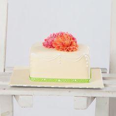 Vierkante taart met dahlia's. Square cake with sugerflowers