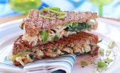 Grilled toast with chicken and fresh spinach Savory Snacks, Snack Recipes, Healthy Recipes, Healthy Foods, Eating Light, Chicken Sandwich, Food For Thought, Kids Meals, Salsa