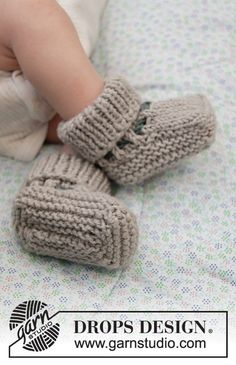 Baby Booties Knitting Pattern, Crochet Baby Booties, Knitting Socks, Free Knitting, Baby Knitting Patterns, Knitting For Kids, Drops Design, Drops Baby, Chevron Baby Blankets