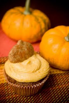 pumpkin cupcakes with pumpkin cheesecake frosting