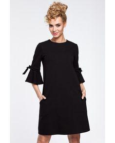 A-linje skuren klänning med fina detaljer, sidfickor och rund hals. Dragkedja baktill.Material: 90% bomull 10% elastan.Tvättråd: 30 grader.