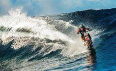 オートバイでサーフィン信じられないけど本当なんだ。産経フォト #サーフィン #バイク #surfing