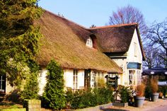 De rietgedekte boerderij Bavoort is in 2008 prachtig gerestaureerd. Er zit nu een restaurant.