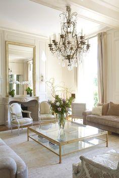 Гостиная в  цветах:   Белый, Светло-серый, Серый, Коричневый, Бежевый.  Гостиная в  стиле:   Классика.