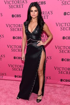 Selena Gomez channeled her inner badass, selecting a tough black leather studded high-slit Louis Vuitton gown with black strappy mules for her pink carpet walk at the 2015 Victoria's Secret Fashion Show. Selena Selena, Selena Gomez Fotos, Selena Gomez Pictures, Selena Gomez Style, Selena Gomez Red Carpet, Moda Victoria Secret, Victoria Secret Fashion Show, Robes Glamour, Fashion Shows 2015