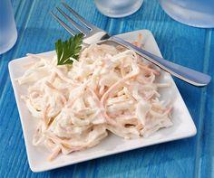 Zelí, mrkev, cibule a celer jsou základem zelného salátu coleslaw, který je tak osvěžující, že si vybojoval ve fast foodech pevné místo vedle hamburgerů a hranolků. I díky tomu je šancí, jak dostat do dětí vitaminy přirozenou cestou. Coleslaw, Healthy Salads, Coconut Flakes, Finger Foods, Celery, Cabbage, Good Food, Spices, Food And Drink