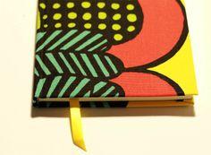 Cuaderno MOW - 100 hojas papel ahuesado, tapa forrada en tela, contratapa color calipzo, cinta separadora color amarillo.