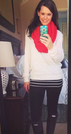With a sweater, stripes and Hunter boots Fall Winter Outfits, Autumn Winter Fashion, Chic Outfits, Trendy Outfits, Black Pants Outfit, Sweaters And Leggings, Long Tops, Comfortable Outfits, Everyday Outfits