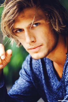 Alex Pettyfer makes the ideal Falcon Kielgard with that smoldering yet judgmental look expression. Lol.